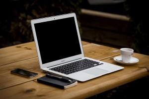 schnelles-internet-DSL-Kabel-notebook-netzabdeckung-pruefen